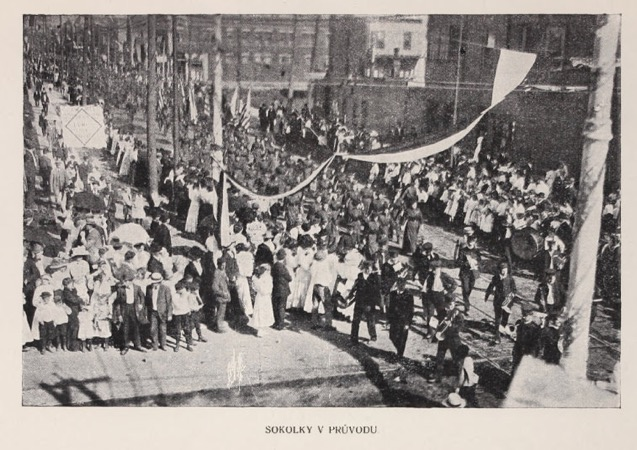 photo, 20,000 paraded in the streets of Chicago